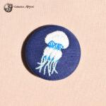 Petite broche broderie méduse