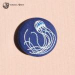 Petite broche broderie abysse meduse
